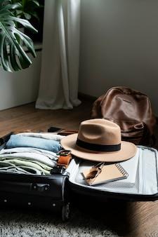 スーツケースの中の服やアクセサリーの配置
