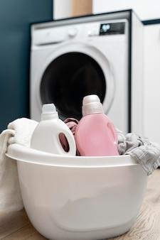 洗濯室のかごの中の洋服の整理