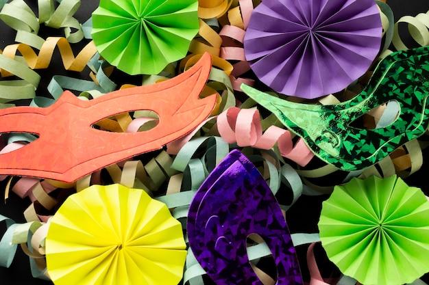 다채로운 종이 리본과 마스크의 배열