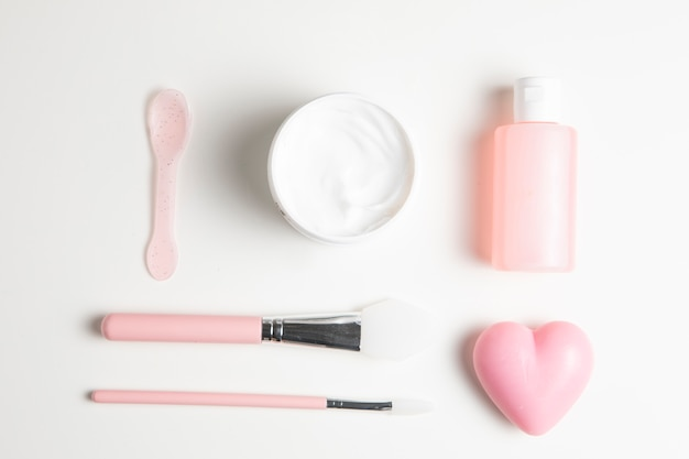 白い背景の上の化粧品の配置