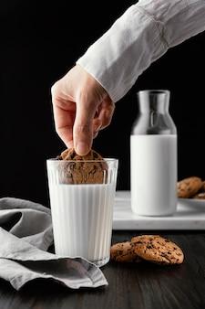 우유와 함께 맛있는 비스킷 배열