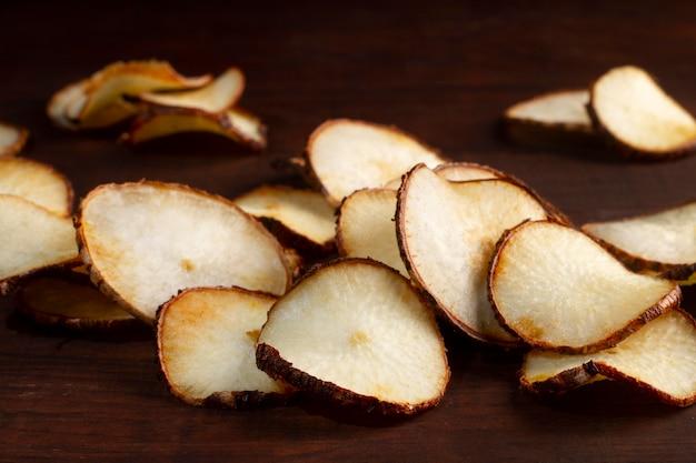 Композиция из вкусных чипсов из маниоки