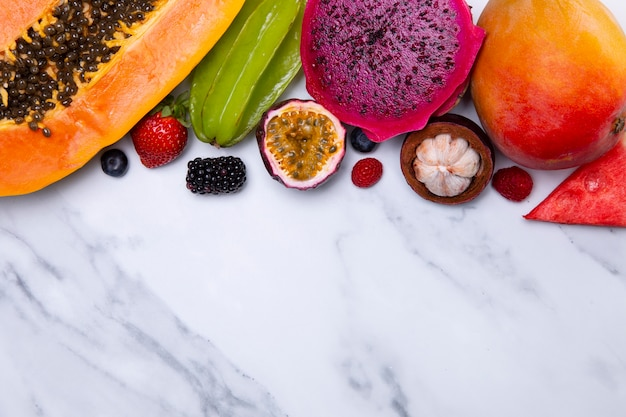 맛있는 이국적인 과일의 배열