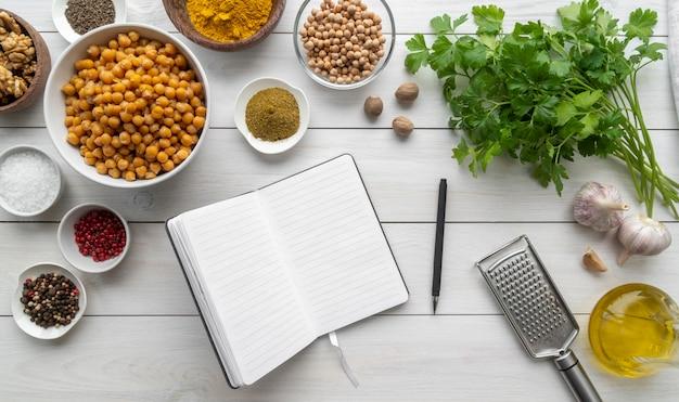 Расположение вкусной еды и ингредиентов