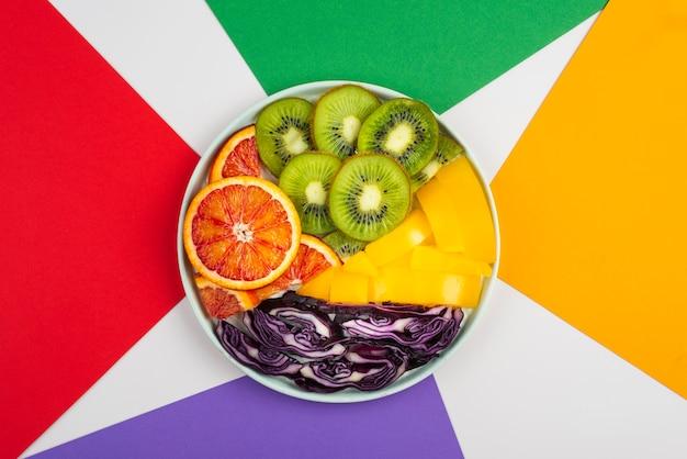 おいしい新鮮な果物や野菜のアレンジメント