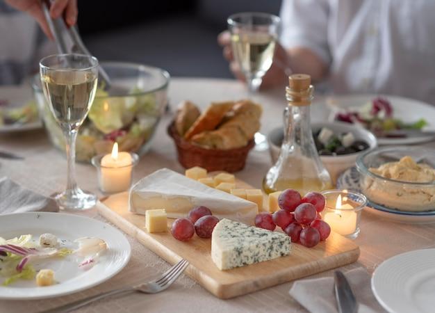 테이블에 맛있는 식사 배치 무료 사진