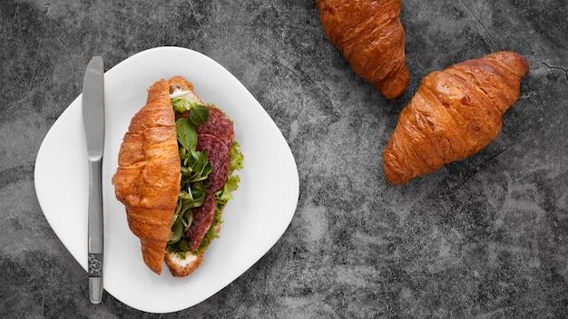 セメントの背景においしいサンドイッチの配置