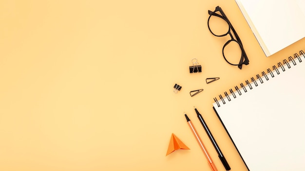 Расположение элементов стола с копией пространства на оранжевом фоне