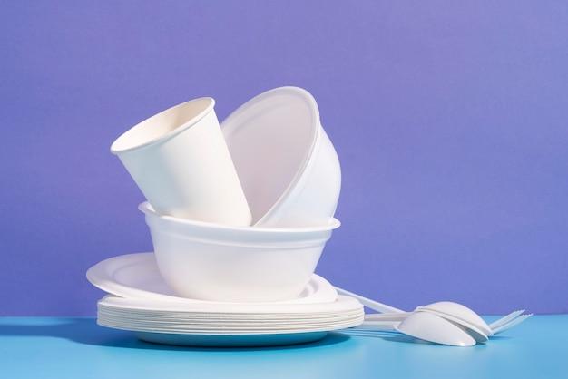 さまざまな使い捨てまたは環境に優しい食器の配置