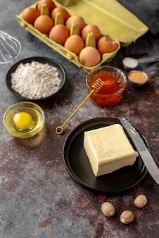さまざまな食べ物や食材のアレンジメント