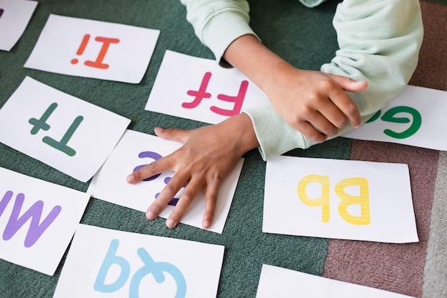 言語療法セッションのための異なる手紙の配置