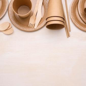 Композиция из экологически чистой одноразовой бумажной посуды.