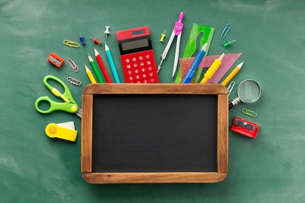 黒板を使った教育日の要素の配置 Premium写真
