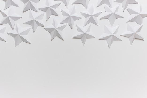 Композиция из сложенных звезд оригами на белом фоне