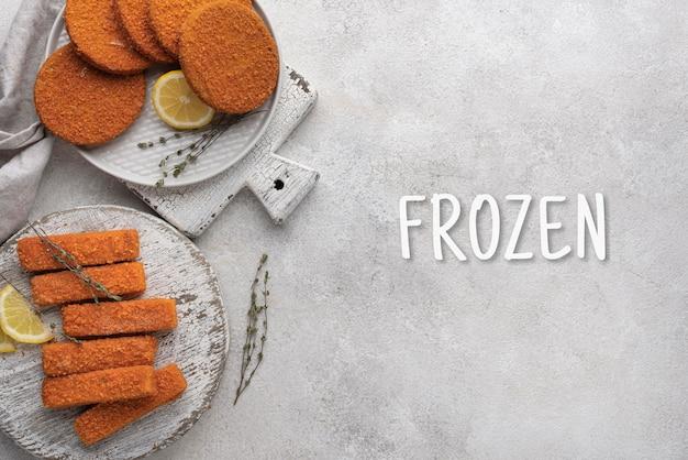 테이블에 냉동 식품 배치