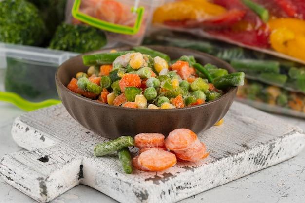 テーブルの上の冷凍食品の配置