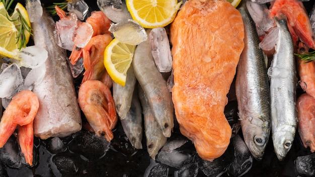Расстановка замороженных морепродуктов на столе