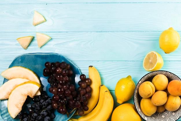 木製の背景に果物の配置
