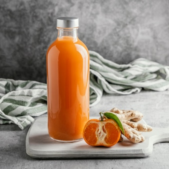 Композиция из здорового напитка в стеклянной бутылке