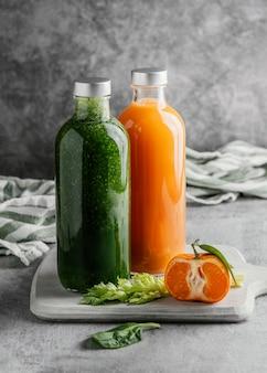Расстановка полезных напитков в стеклянных бутылках