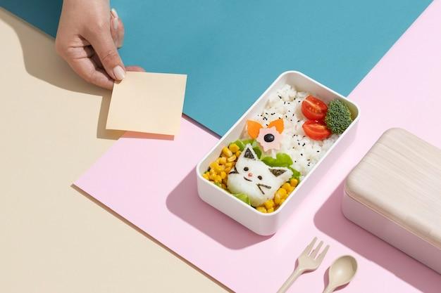 健康的な日本のお弁当箱の配置