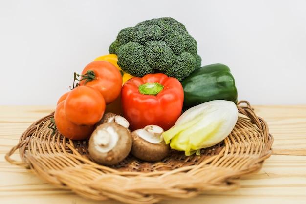 Расположение здоровых овощей на тарелке