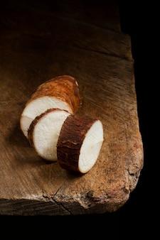 スライスした栄養価の高いキャッサバの根の配置