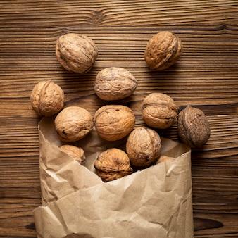 木製の背景上のナッツの配置