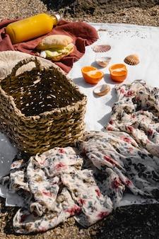 毛布にピクニックグッズを並べる