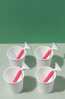 ピンクのかみそりの刃とカップの配置