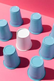 플라스틱과 종이컵의 배열