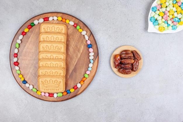 Композиция из попкорна, фиников и печенья на мраморном фоне. фото высокого качества