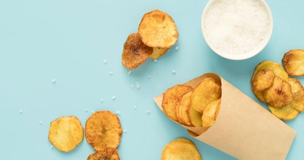 Композиция из картофельных чипсов с копией пространства