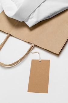 흰색 셔츠와 함께 재활용 가능한 쇼핑백 배치