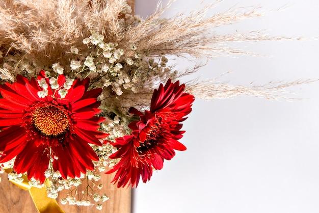 해피 어머니의 날을 위한 붉은 꽃의 배열.