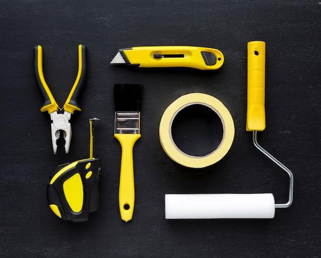 修理用品とペイントブラシの配置