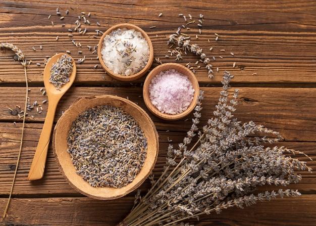 소금과 라벤더 으깬 잎의 배열