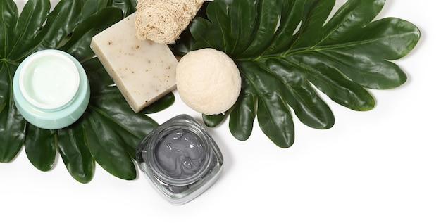 종려 나무 잎으로 피부 관리 제품 배열