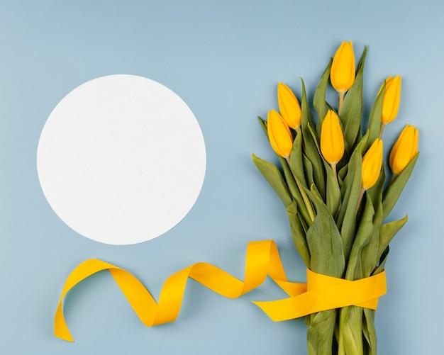 空のカードで春の花のアレンジメント