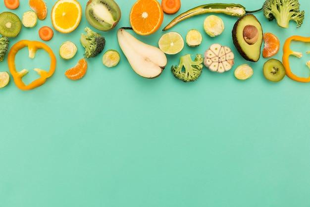 Расположение овощей и фруктов копией пространства