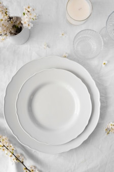 Обустройство белого стола для вкусной еды