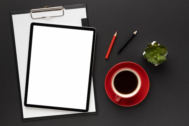 Disposizione degli elementi per ufficio su sfondo nero