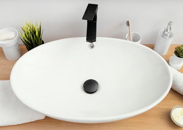 Arrangement pf bathroom elements for self care