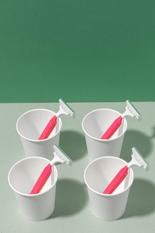 Disposizione delle lame e della tazza rosa del rasoio
