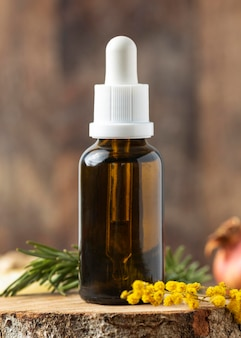 Arrangiamento bottiglia di siero e pianta