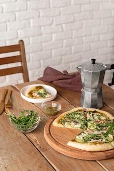 Disposizione di gustose pizze in lavorazione