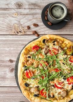 Disposizione della gustosa pizza tradizionale