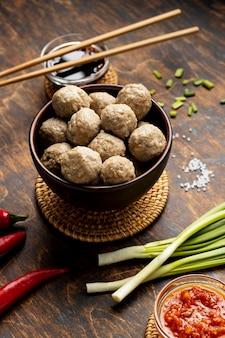 Disposizione del tradizionale bakso indonesiano