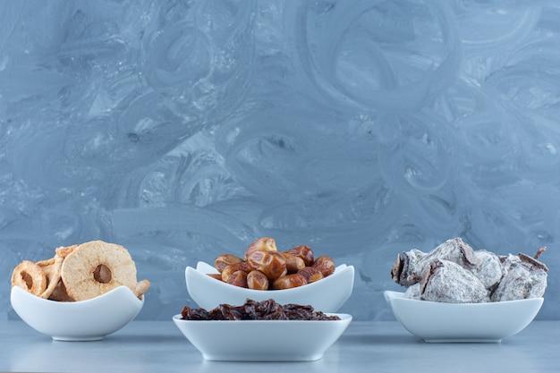 Una disposizione di vari sapori di delizie turche su una tavola di legno su un tavolo di marmo.