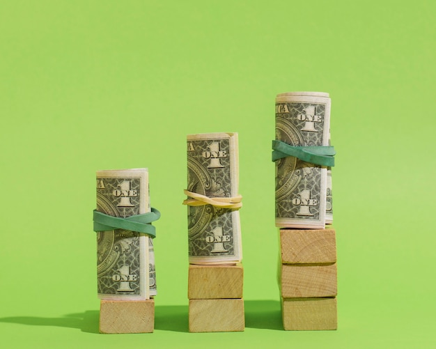 Disposizione con banconote e cubetti di legno